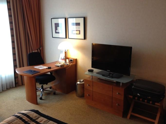 CP BRU Airport - Room Desk & TV