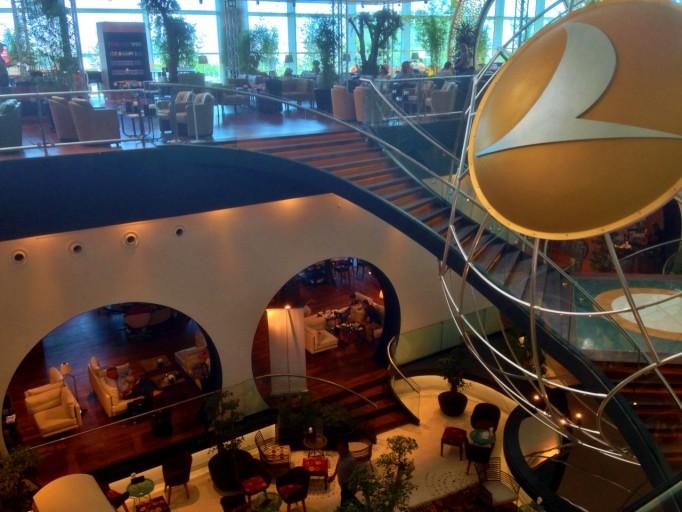 een monumentale trap verbindt de twee delen van de lounge