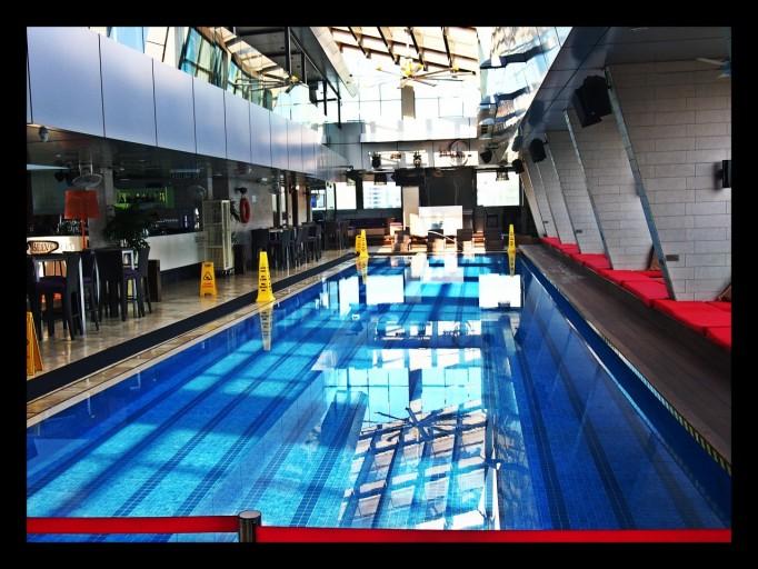Overdag een zwembad en in de avond de Skybar