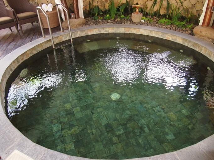 2e zwembad met ''healing water''