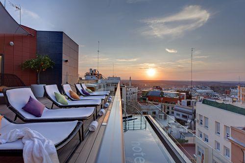 Rooftop bar en zwembad (foto copyright IHG)