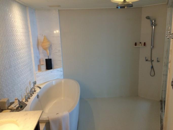 Een enorme open douche-ruimte...