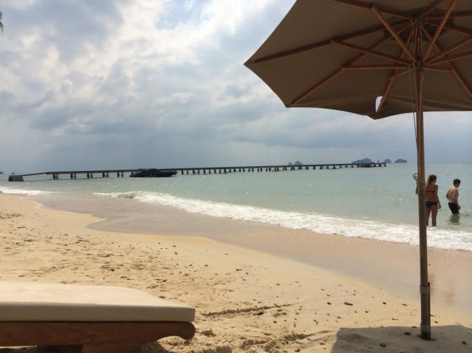Aan het strand met de pier in beeld...