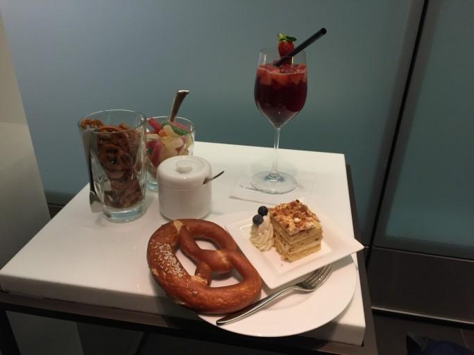 Cocktail, toetje, pretzel en snoep! Wat wilt iemand meer in een lounge?