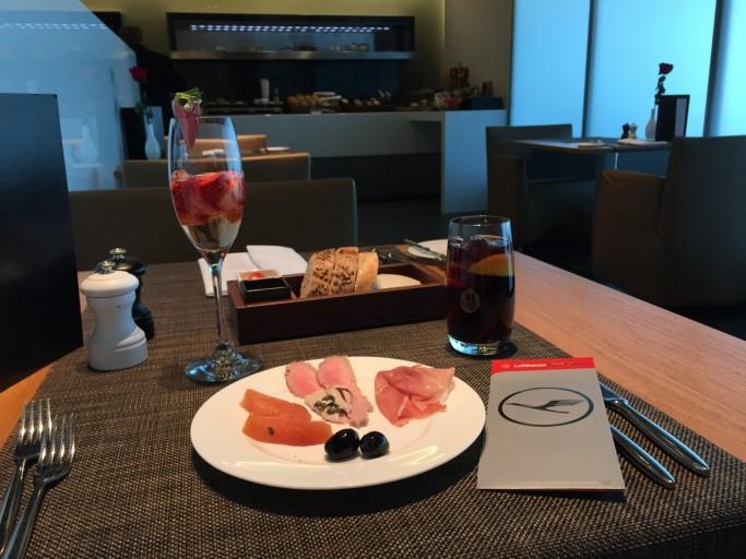 Broodplankje, voorgerecht en aardbijen champagne