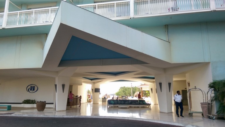 ingang en open lobby