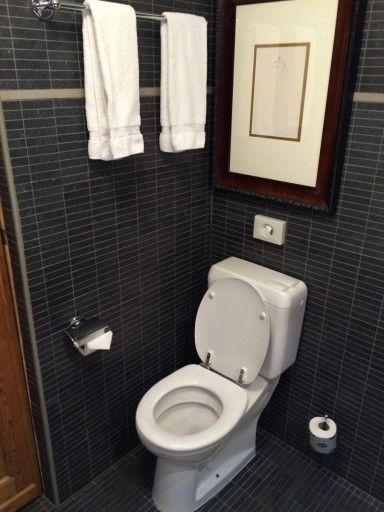 Een WC die te dicht tegen de muur was geplaatst