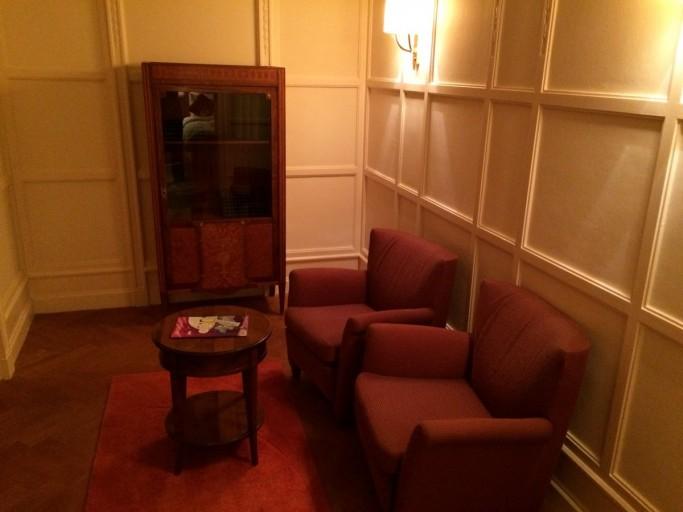Een kleine woonkamer in dezelfde retro stijl