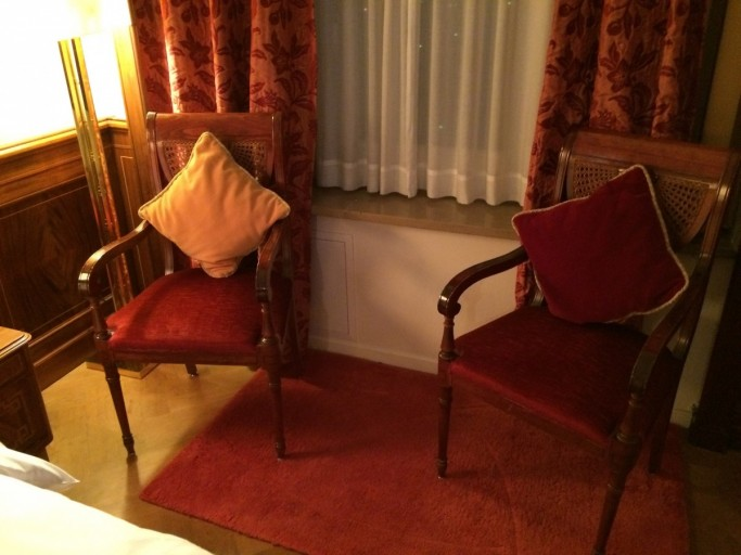 Op deze stoelen lag aan het eind van de avond al m'n rommel verspreid