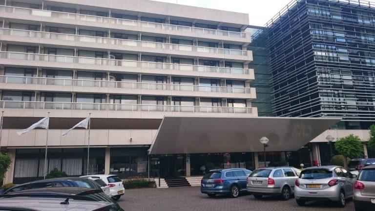 De blokkerige voorkant van het hotel