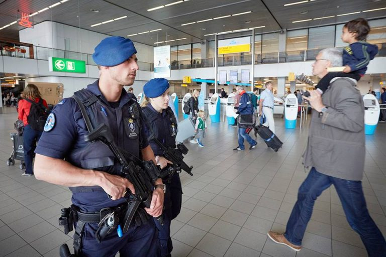 Marechausee extra controles Schiphol