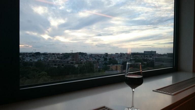 Marriott The Hague Executive Lounge. Ontspannen met een wijntje.