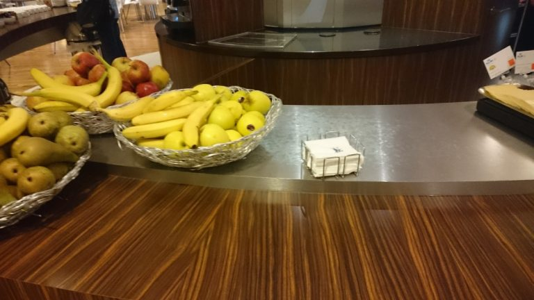 KLM Crown Lounge ontbijt fruit