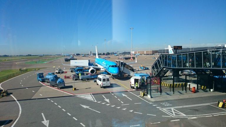 KLM Embraer 190, klaar voor vertrek op een zonovergoten Schiphol!