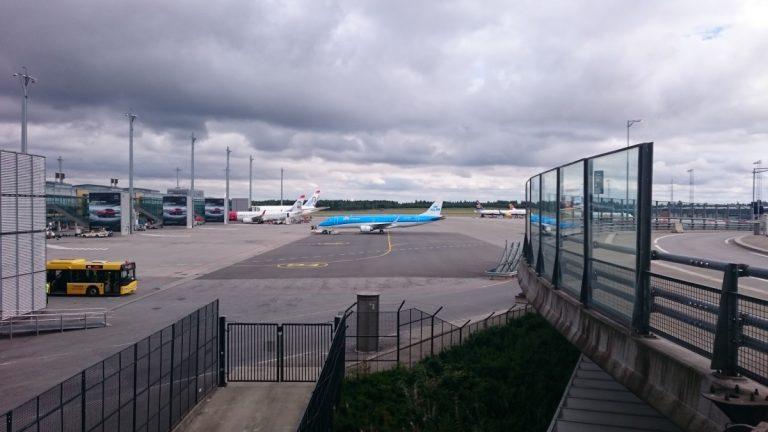 KLM Embraer 190 Pushback. Terwijl wij even buiten staan gaat de KLM er alweer vandoor.