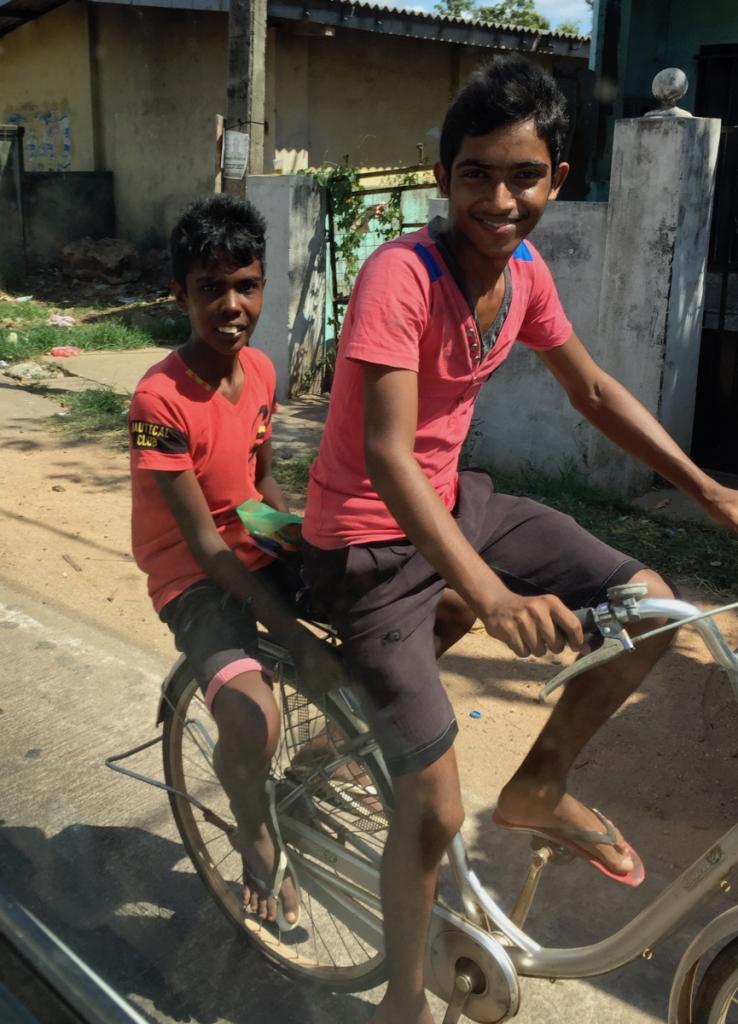 Negombo - Sri Lanka: fietsende jongens