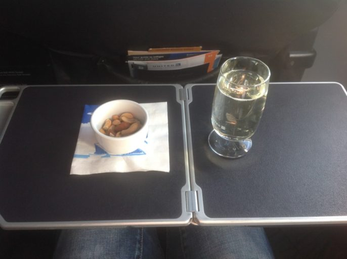 United Airlines Business Class 737-900, United champagne, champagne on a plane, champagne met nootjes
