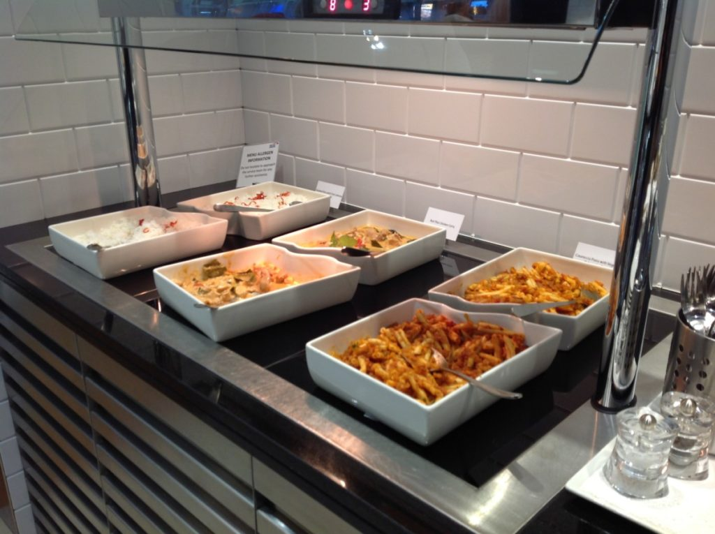 British Airways, Boeing 747, World Traveller Plus, Dubai, Londen-Heatrow, Oneworld, Lounge, Warm buffet