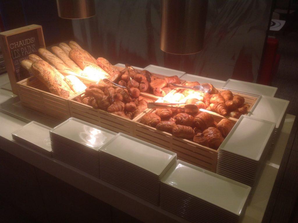 Croissants, warme broodjes, ontbijt