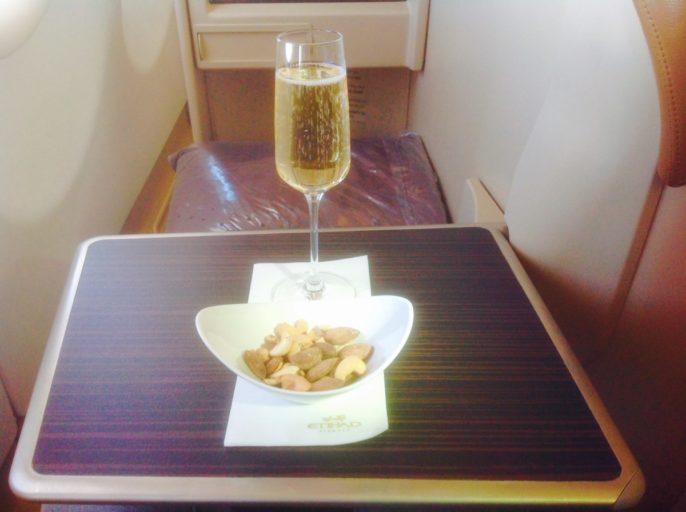 Etihad, nootjes, champagne, service