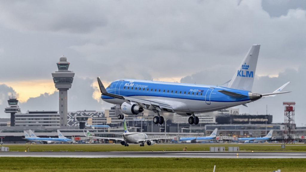 Embraer E175 toestel van KLM Cityhopper op Schiphol (Bron: KLM)