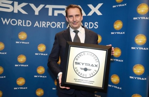 André van den Berg, Chief Commercial Officer van Schiphol, nam de award in ontvangst (Bron: Schiphol).