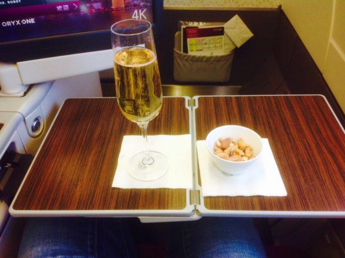 champagne, nootjes, qatar airways