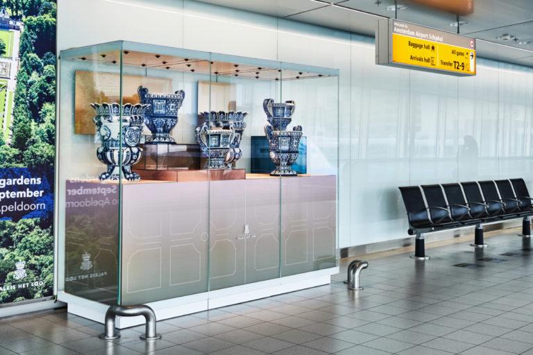 Display van Delfts Blauwe vasen van de Nederlandse designer Mae Engelgeer