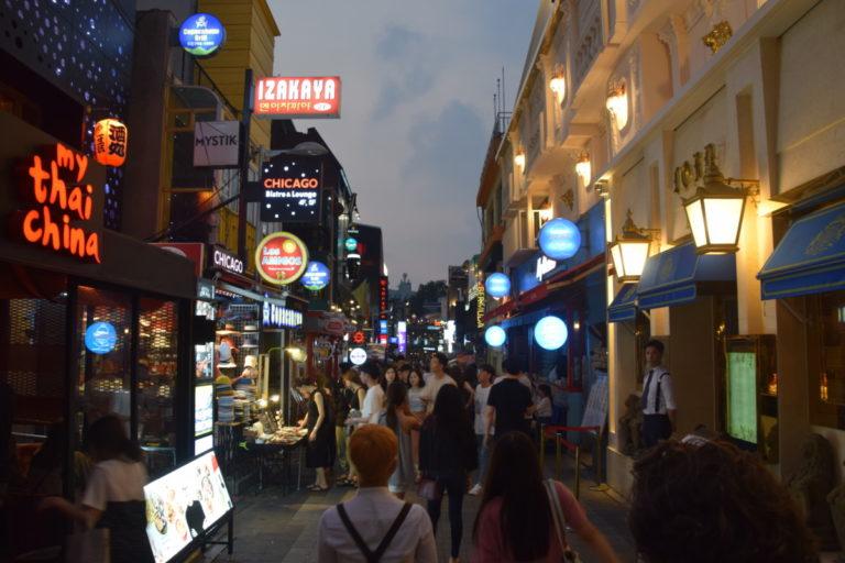 Gezellige straatjes in uitgaansgebied Itaewon, Seoul