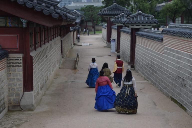 Bezoeker van het National Folk Museum of Korea in traditionele kleding, Seoul