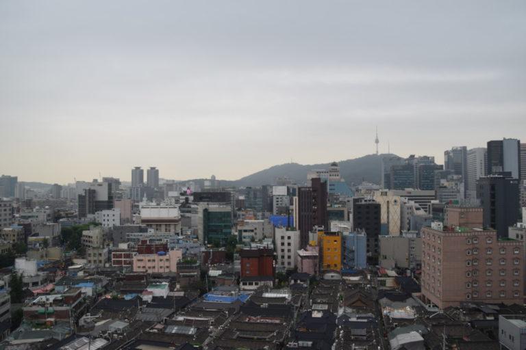 De wijk Insadong met op de achtegrond de N Seoul Tower, Seoul