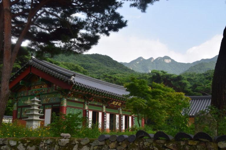 Tempels aan de voet van de heuvels