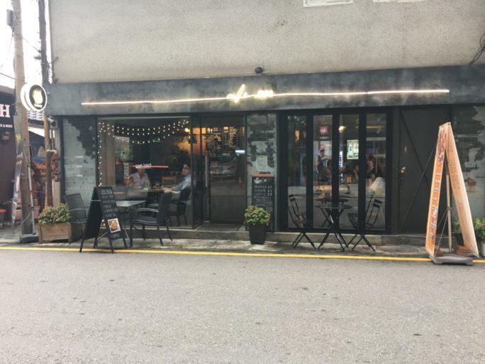 Koffiebar tegenover het hotel