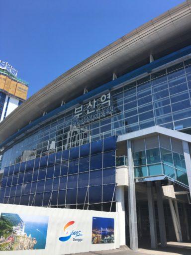 Het moderne station van Busan werd alweer uitgebreid toen ik er aankwam