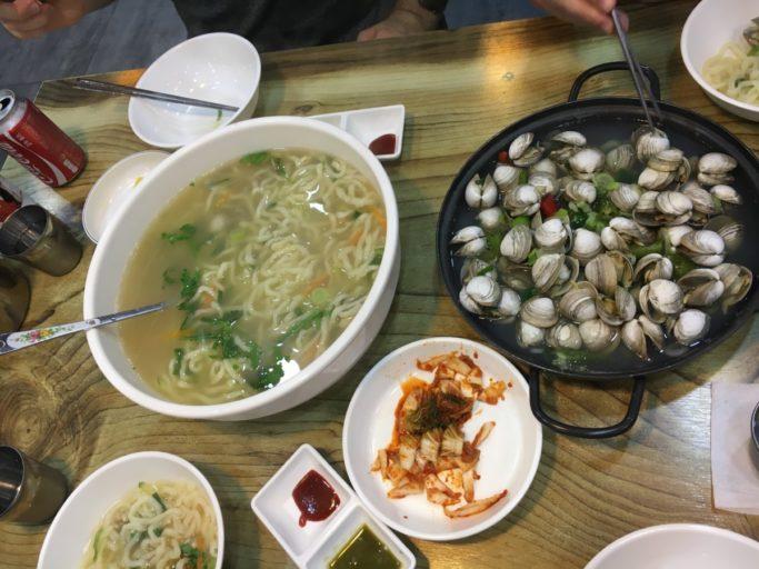 Koreaanse noedels met zeevruchten