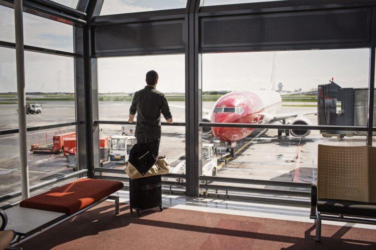 Norwegian haalt weer nieuwe records qua vervoercijfers. Op zich niet vreemd voor een relatief nieuwe maatschappij, zoals we deze nu kennen. Maar het blijft groeien en groeien. In de maand mei vervoerde het bijna een half miljoen passagiers meer dan in dezelfde maand als afgelopen jaar! Was jij een van de reizigers die naar een van de 117 bestemmingen vloog die Norwegian aanvliegt? Groei zet door In de maand mei vervoerde Norwegian maar liefst 3,5 miljoen reizigers. Dit is een stijging van 17% ten opzichte van hetzelfde jaar afgelopen jaar. Een mooie stijging voor de Scandinavische maatschappij dus! Zowel de capaciteitsgroei (ASK) en de verkeersgroei (RPK) namen verder toe, en wel met 51%. De bezettingsgraad groeide niet verder ten opzichte van eerdere maanden. Deze bleef hangen op 86,5 procent. De groei komt voornamelijk door de inzet van meer toestellen, waardoor er meer stoelen beschikbaar zijn. …. En zwakt af Die capaciteitsgroei is vooral ingezet op de longhaul vluchten. Dit zou volgens Norwegian aantonen dat de vraag naar de betaalbare tarieven, comfortabelere en nieuwe vliegtuigen, maar ook de grote selectie aan routes groot blijft. Dit zou ervoor zorgen dat er veel nieuwe klanten bij Norwegian bijkomen. Echter verwacht men bij Norwegian dat de groei in de loop van dit jaar wel zal afnemen. Capaciteitsgroei zal nog maar een beetje verder toenemen, door enkele nieuwe toestellen die dit jaar nog moeten arriveren. Verder kan men de bezettingsgraad verder verhogen. Bjørn Kjos, CEO bij Norwegian, wil verder inzetten op het verbeteren van de inmiddels breed uitgerolde netwerk van bestemmingen, bases en kunde van collega's. Vloot uitbreiding Afgelopen mei ontving Norwegian nog een Boeing 787-9 Dreamliner ontvangen, maar ook een Boeing 737 MAX 8. In totaal zullen er dit jaar 11 Dreamliners worden toegevoegd aan de vloot, net als 12 stuks 737 MAX 8 en twee stuks 737-800 vliegtuigen.