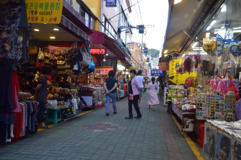 Rondstruinen op Gukje Market voor Koreaanse Souvenirs
