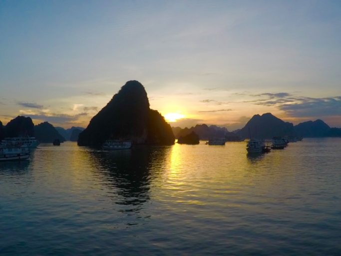 zonsondergang, ha long bay, vietnam