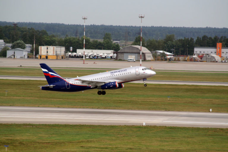 Superjet 100 in Aeroflot livery stijgt op (Bron: United Aircraft Corporation)