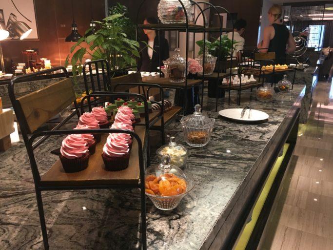Ook aan desserts geen gebrek in de lounge