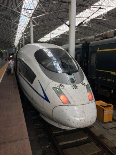 De hogesnelheidstrein rijdt in ongeveer 60 minuten van Shanghai naar Suzhou