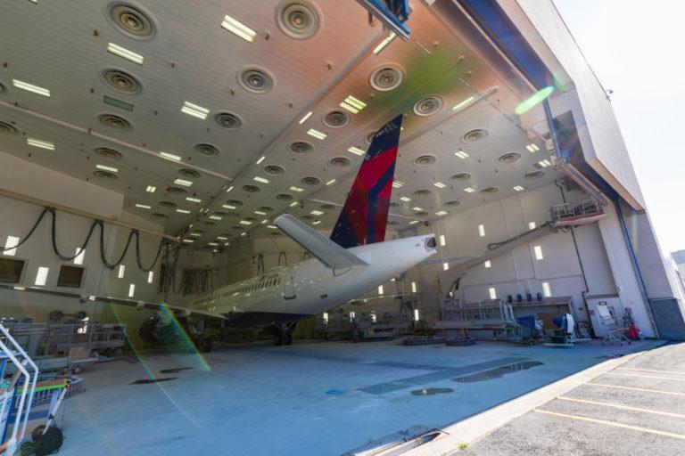 Het gloednieuwe A220 toestel in de hangar (Foto: Delta)