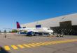 Het gloednieuwe A220 toestel komt uit de hangar (Foto: Delta)
