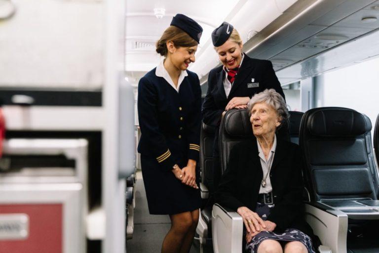 Peggy Thorne (midden), werkzaam op de eerste vlucht, haalt herinneringen op met 'collega's' (Foto: British Airways).