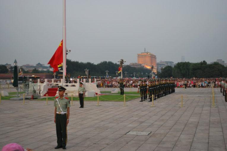 Elke dag bij zonsopgang- en ondergang wordt de vlagceremonie gedaan