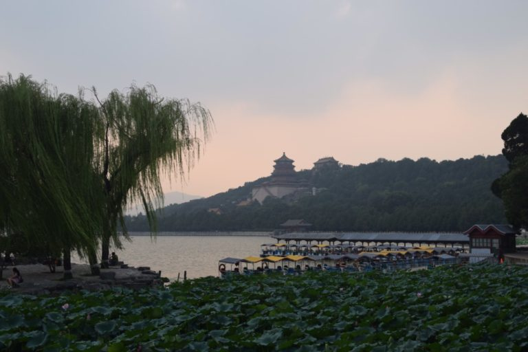 Het meer bij het Zomerpaleis is vaak aan de rand bedekt met waterlelies