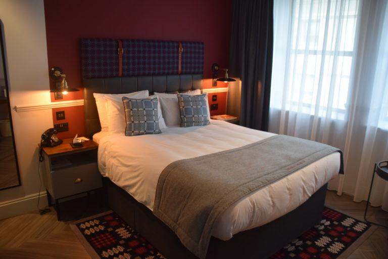 De hotelkamer is stijlvol en netjes ingericht met o.a. een Queen size bed
