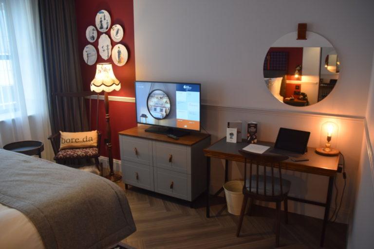 De kamer beschikt over een bureau om aan te werken, ook zijn er voldoende stopcontacten