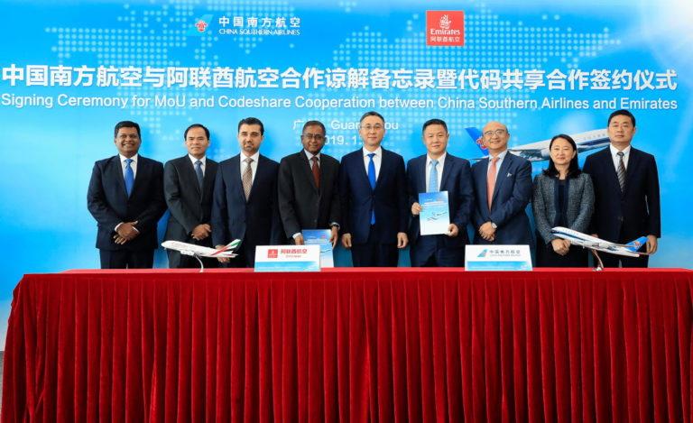 Managers van beide maatschappijen ondertekenden de overeenkomst (Bron: Emirates)