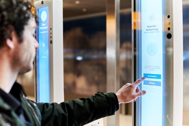 De self service apparatuur is voorzien van een touchscreen (Bron: Schiphol)